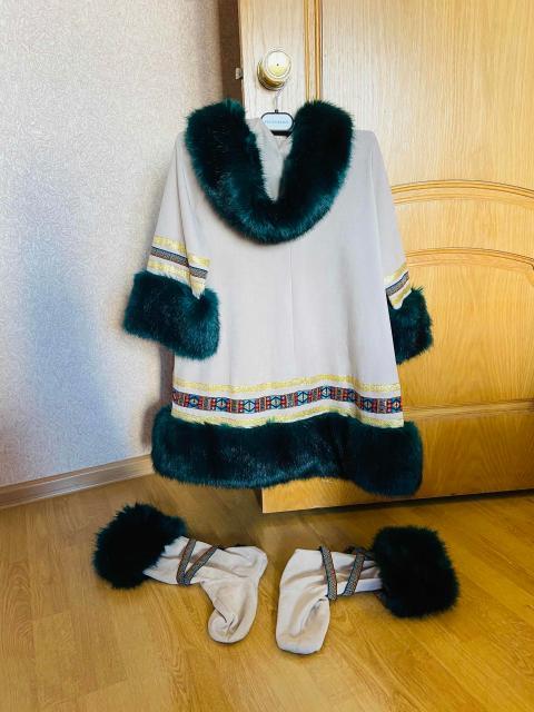 Платье с капюшоном, мех песец крашеный и сапожки с опушкой тоже же песца крашеного. Сшит на заказ. Размер 40-42