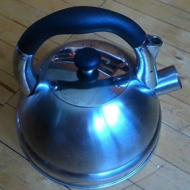 Чайник из нержавейки 2,5 л БЕККЕР-ПРЕМИУМ состояние хорошее, свисток с носика снят но есть. рн  кт Центральный.