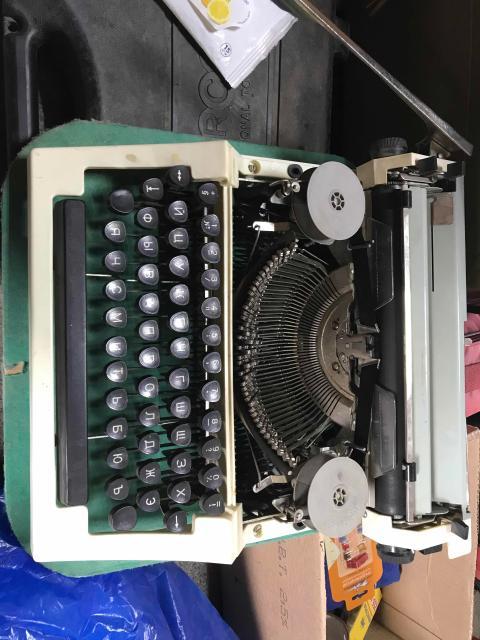 Пишущая (печатная) машинка ОРТЕХ механическая, портативная в кейсе. Состояние новой пишущей машинки. Практически не использовалась. Сделана в СССР. Лента рабочая печатает. Все функции работают. Кейс в отличном состоянии.