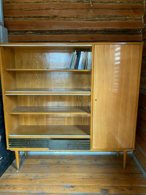 Книжный шкаф  60 - годов прошлого столетия, хорошем состоянии,  все стёкла целые.  Доставка до подьезда 500 рублей.