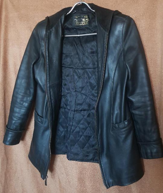 Продаю фирменную итальянскую демисезонную женскую кожаную куртку 46 размера. Шикарная мягкая чёрная кожа, с капюшоном, утепленным подкладом, замок - молния, очень надёжный, два наружных глубоких кармана и один внутренний. Отличная очень качественная вещь из телячьей кожи, без всяких излишеств. Тёплая, непромокаемая, прекрасно сидит на фигуре, приталенная, смотрится очень достойно и дорого. Состояние идеальное, без царапин и потёртостей. Одевалась всего несколько раз, становится маловата. Отдаю дорогую шикарную вещь практически даром, почти в 10 раз дешевле её стоимости! Самовывоз с Апельсина