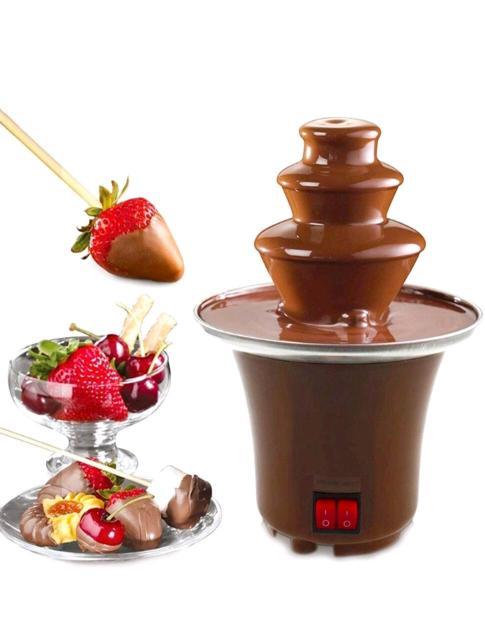 Устройство просто растапливает смесь и шоколада и подает ее по спирали наверх и вниз по каскадом. Ваша задача обмакивать в стекающем шоколаде любые закуски ( фрукты, орехи, сыр, печенье, вафли и так далее).  Чтобы подарить своим близким настоящий шоколадный праздник, Вам понадобится 500 грамм шоколада или 750 грамм шоколадной глазури.  Возможна доставка по центру