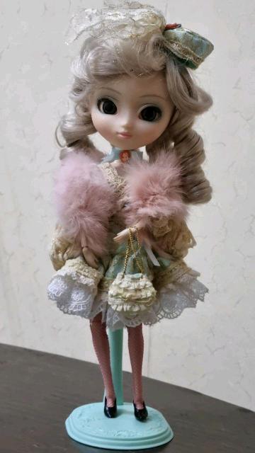 Коллекционная шарнирная кукла Pullip на подставке. Приобретена в Японии.  Все части тела подвижные, в том числе глаза. Имеет несколько аксессуаров: сумочка, туфли, шляпка и меховая накидка. Хранилась в коробке, состояние идеальное.
