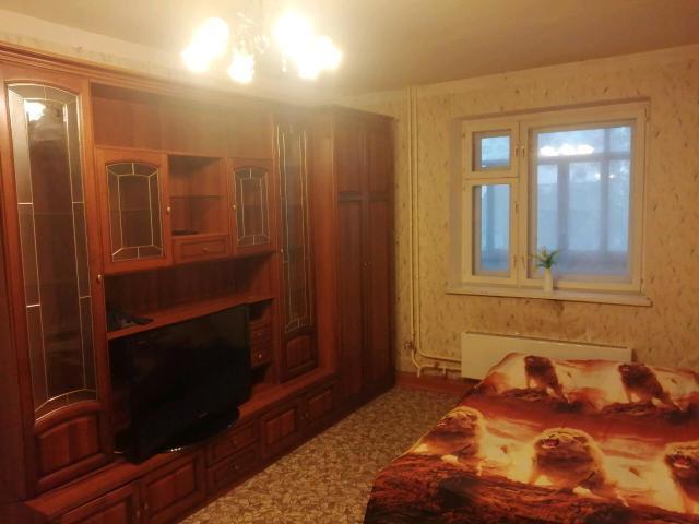 Сдаётся квартира с хорошим ремонтом, со всеми удобствами, парам и командировочным, есть все для проживания, стиральная машинка, холодильник, плитка, духовка, микроволновка, фен, утюг, высокоскоростной интернет, Wi-Fi, телевизор - IP-TV. Двуспальная кровать, мебель, посуда, гладильная доска, сушилка. Очень чисто и уютно. Есть лоджия, находится в самом центре Якутска. Рядом кинотеатры, цирк, поликлиника, магазины и т.д.,Возможен трансфер. Всегда чистое, свежее, застеленное постельное белье, полотенца, посуда.