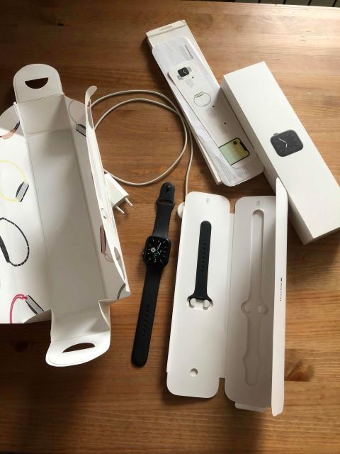Продаются Apple Watch 5,всё в комплекте документами .