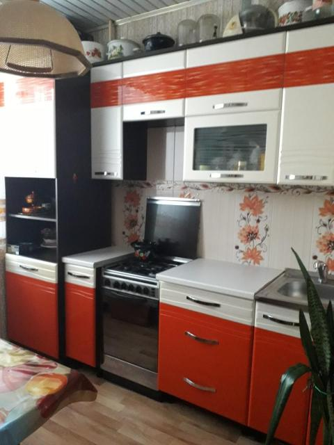 Продам уютную 2-комнатную квартиру в центре пос. Жатай Просторная, индивидуальной планировки , 54,5 кв.м, зал - 19,5 кв м , комната - 12, 6 , кухня – 7,9 кв м, прихожая – 7, 3 кв м ( с возможностью перепланировки кухни в 15 кв м) , ванная – 2,5 кв м, гардеробная – 2,5 кв м, Балкон -2, 7 кв м. Квартира находится на среднем этаже (2 из 5). Работает домофон. Спокойные соседи. Выгодная планировка (распашонка): комнаты расположены справа и слева от кухни и прихожей. Имеется балкон со стеклопакетами. Из квартиры вид во двор . Рядом 2 детские площадки, достаточно парковочных мест. В квартире приятный ремонт, остается новый кухонный гарнитур, газовая печь, шкаф-купе в прихожей и другая мебель. Квартира не угловая, светлая, очень теплая. Новые радиаторы отопления, стеклопакеты, вай-фай, ТВ от «Ростелеком», счетчики холодного и горячего водоснабжения. Удобное расположение в центре поселка позволит Вам как новому владельцу использовать все преимущества развитой инфраструктуры : в шаговой доступности продуктовые магазины , в 20 метрах от дома ломбард «Золотник» , в соседнем доме кабинеты стоматологии и ФЛГ от Жатайской поликлиники; через дорогу Жатайский Техникум . В самом доме находятся : филиал Сбербанка России, отделение ФМС, парикмахерская, маникюрный кабинет, ветпункт, ателье по пошиву и ремонту одежды. В двух минутах ходьбы автобусная остановка маршрутов 107, 109, 111. В шаговой доступности школы, детские сады, Центр детского творчества, библиотека, церковь, ДК «Маяк», поликлиника, отделение связи, сквер, главная площадь поселка. Документы в порядке. Без долгов и обременений. Цена: 2 млн 650 т.р. Продажа от собственника . Продавец : Елена, телефон: 8924-176-03-24.