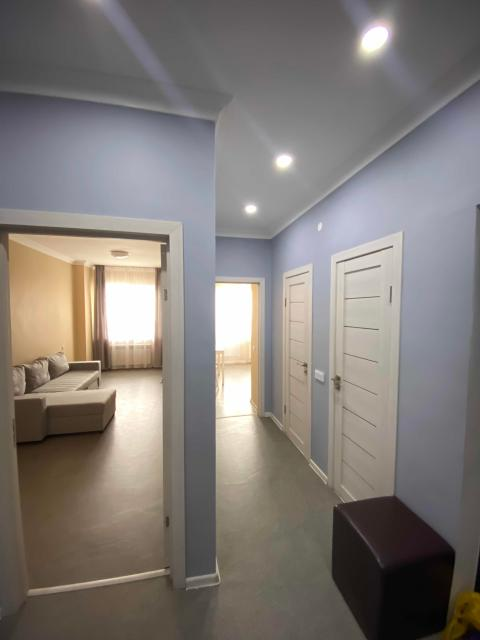 Сдаю посуточно 1 комнатную и 2 комнатную квартиру в новостройке. Новый свежий ремонт👍🏻 Все есть для комфортного времяпровождение и отдыха. Есть IP-tv , wi-fi, стиральная машина и т.д. Сдаём строго парам,  командированным или семьям. Зона трезвости! На выходные дни тариф 2500₽/сут. Обр.по номеру 8(967)910-17-02 (звонки, whatsapp)