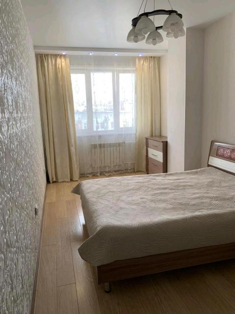 Уютные квартиры для пар и командировочных с раздельным санузлом. В квартирах двухспальные кровати, постельные принадлежности, полотенца, тапочки, бесплатный WiFi, чай, кофе. В ванной комнате есть шампунь и гель для душа, бесплатное пользование стиральной машиной. Расчетный час 12:00. КОМПАНИЯМ НЕ СДАЁМ! СТРОГО ЗОЖ! По часовая сдача 800 руб. за 2 часа.