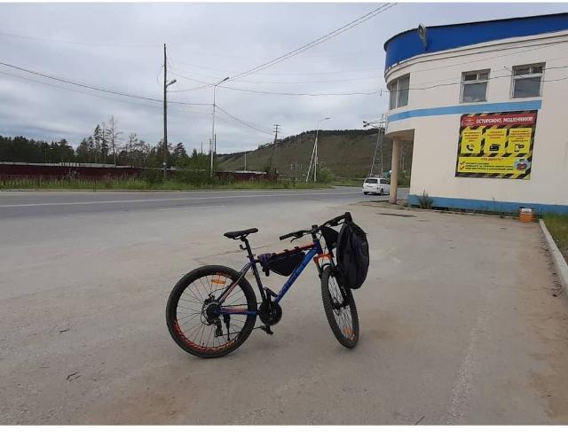 В связи с переездом продаю своего ветерана дорог, рабочую  лошадку веллера велосипед Welt Ridge 1.0 HD 26 2020 Размер рамы 18, колес 26, скоростей 21, дисковые гидравлические тормоза Shimano. Из косяков: небольшая восьмерка на заднем колесе из-за поломки спиц. В подарок подсумок. Торг.