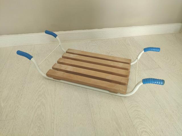 Решетка-сиденье на ванну Можно использовать как сиденье, как полку для хранения средств для душа, как столик.