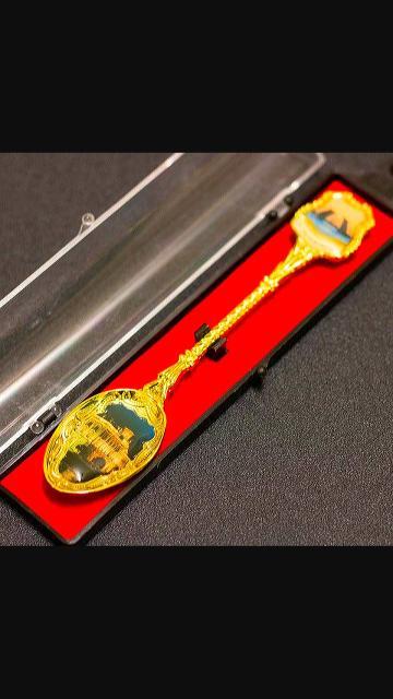 Ложка чайная сувенирная в коробочке.  Из жёлтого металла, имитирующего золото. Погрытие эмалью с видами Санкт-Петербурга. Центр города. Цена 100 руб.