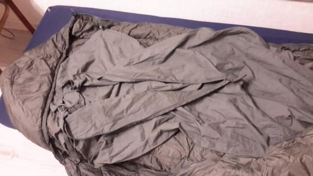 """Оригинальный армейский спальник  из модульной спальной системы KL вооруженных сил Нидерланд, состоит на вооружении по настоящий момент. Великолепные температурные показатели, наличие встроенной москитной сетки, качественные материалы (внешний слой micro Rip-Stop).Встроенная москитная сеткаВнешний материал: micro Rip-StopРасположение молнии: слеваДвусторонняя """"собачка""""Утяжка капюшонаЗастежка """"велкро"""" двойная.Б/у, состояние хорошее, хранение армейские склады. С компрессионный мешком. Параметры: Вес - 1000 грамм.Длина 220 см ширина в плечах 90 см в ногах 60 см. С простыней специальной для спальников на молнии. Цвет Олива."""
