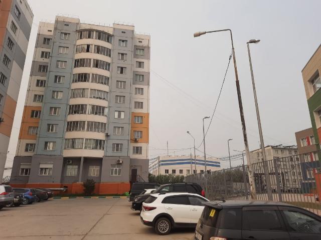 Эксклюзив агентства! В продаже выставлена просторная 1 комнатная квартира с улучшенной планировкой 2011 г.п. - площадь 52,5 кв.м. (для сравнения у стандартной 2 комнатной кпд бывает 47 кв.м.) - востребованный 4 этаж, есть лифт - во дворе новая школа, полиция, рядом есть спортивная площадка с беговой дорожкой, кинотеатр, в будущем в районе запланирована стройка ледового дворца и многое другое. Рады будем покупателям с ипотекой Сбер. Фото квартиры по ватсапу.