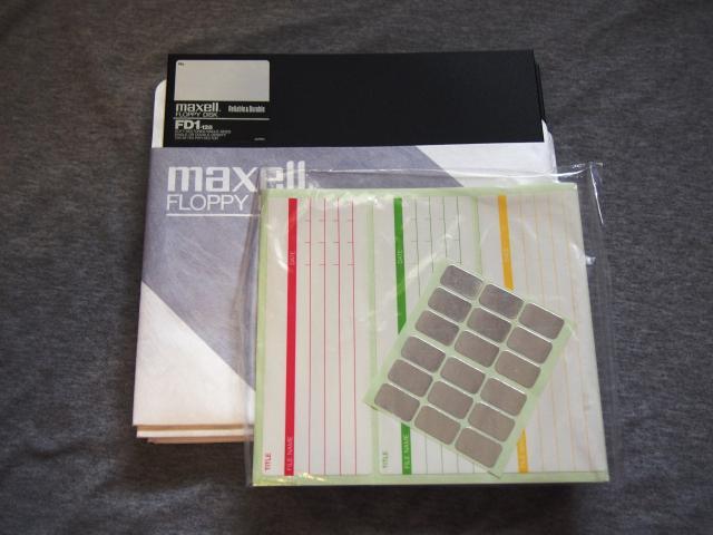 """Продаю совершенно новую дискету 8"""" Maxell FD1-128 с родными наклейками. Была куплена запечатанная коробка, один я оставил себе, остальные продаю. В лоте только одина новая Maxell FD1-128.   Другие диски приведены только для сравнения. Имеется девять штук.  На предпоследнем фото другие мои лоты.  Возможен обмен только на диски в отличной сохранности не б/у.   На последнем фото то, что меня уже не интересует.  Пишите в личку или на имэйл filepark@mail.ru, ватсапа временно нет."""