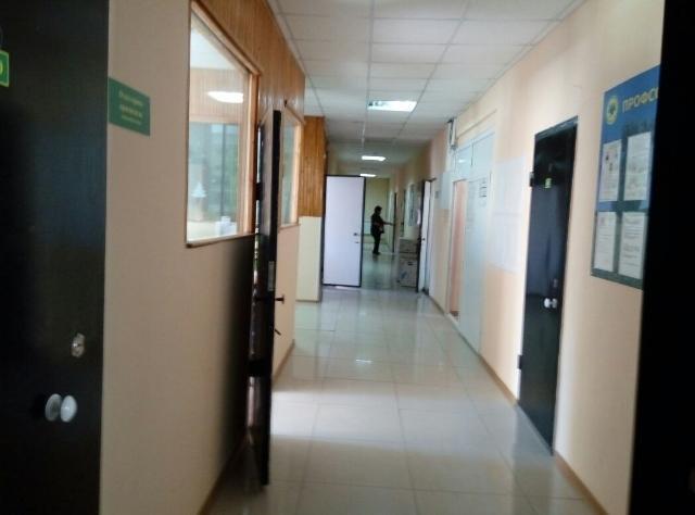 Сдаются в аренду офисные помещения в административном здании, площадь помещений  от 9 м2 до 140 м2. Здание расположено на первой полосе по ул.Автодорожная, автобусная остановка перед зданием. 800 руб/м2 в месяц, КУ включены.