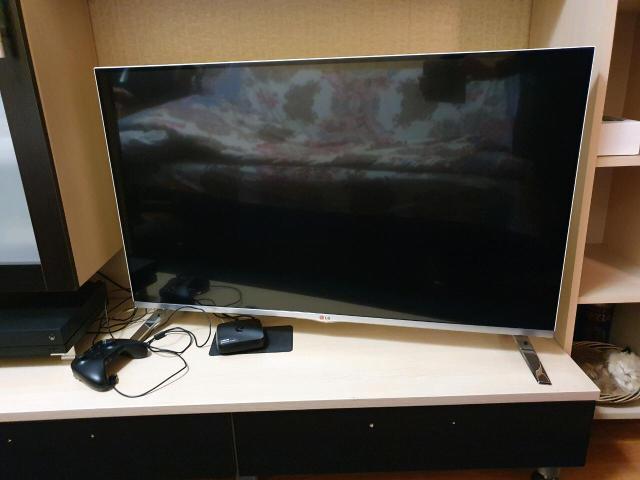 Продаю телевизор LG ,  45 дюймов, смарт , 3 Д , очки 4 шт , 2 пульта , со всеми наворотами . В белом цвете, ножки металические. В идеальном   состоянии.  Цена  23 000 р. Продаю в связи с  отьездом.Доставка по городу . Т . 89142246003