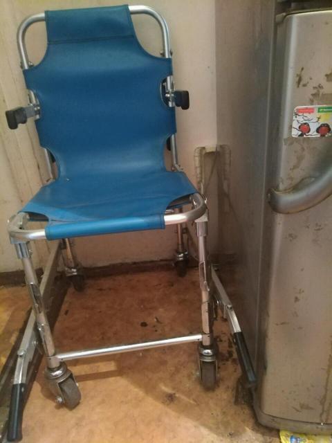Продам кресло для перевозки лежачих больных, в хорошем состоянии. Кресло легко складывается и не занимает много места.