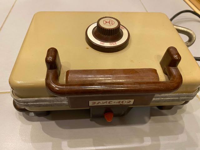 Электрическая вафельница, производство СССР, эксплуатировалась очень аккуратно, состояние почти новая. Качественная, все детали прочные.