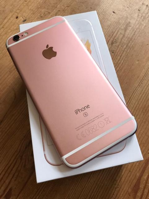 Apple iPhone 6s на 32 ГБ в золотисто-розовом цвете. Телефон в отличном для этой модели состоянии. Покупался в магазине М.Видео. Все детали родные и оригинальные, никогда не был в ремонте, никогда не контактировал с водой. Touch ID работает. iCloud чистый. Заряд держит отлично. Комплект: родная коробка, телефон, зарядное и кабель, бумажки. Рассмотрю варианты обмена на iPhone с моей или вашей доплатой. Возможна доставка.