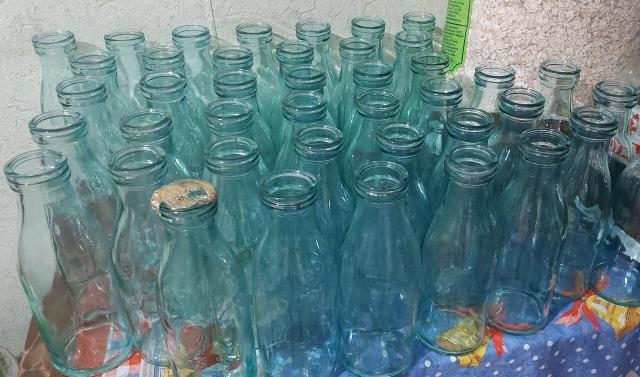 Кефирные бутылки 0,5 литра из СССР. Все в отличном состоянии, для интерьера в холодильник. Переливаете кефир в неё и кайфуете с батоном в руках. Одна из бутылок сохранила крышку полуразованную, читается слово СЛИВКИ!!! ц.100р., за бутылку, кто возьмёт все скидка 50% всего бутылок 50шт. 89659938147.
