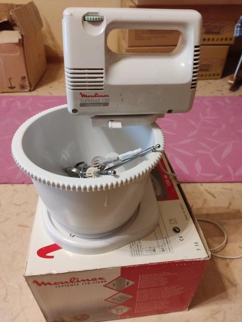 Миксер Moulinex, 150 Вт. 4 насадки, емкость вращается, обороты регулируются. В рабочем состоянии. В упаковке. Сделано во Франции. Выпускался в 90-х годах. Тогда технику делали надежную