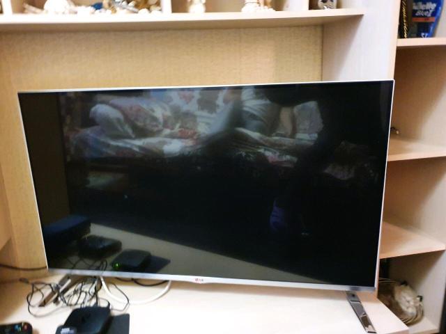 Продаю телевизор  LG  Смарт ,блютус , 45 дюймов , 3 Д , очки 4 шт., 2 пульта, со всеми  наваротами. В белом цвете , ножки металические. В идеальном состоянии .Продаю в связи с отьездом. Цена 23 000 р. Доставка по городу.  Тел. 89142246003