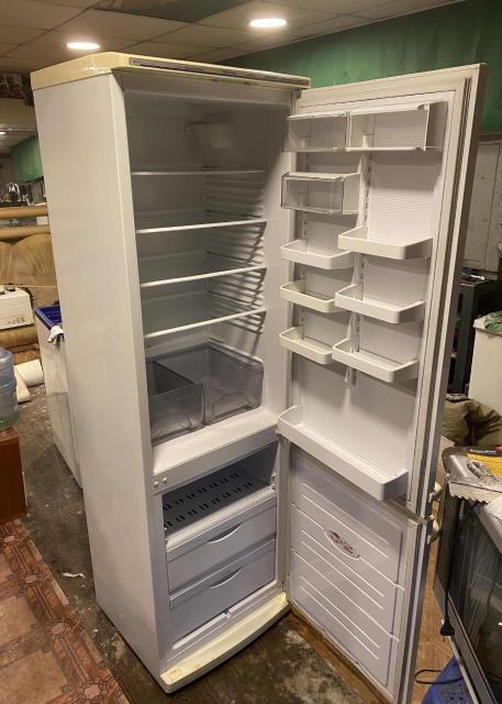 Продаю холодильник «Атлант» в ОТС  Полностью в рабочем состоянии.  Параметры: Высота: 192 см  Ширина: 60 см  Глубина: 58 см   Самовывоз с реч порта